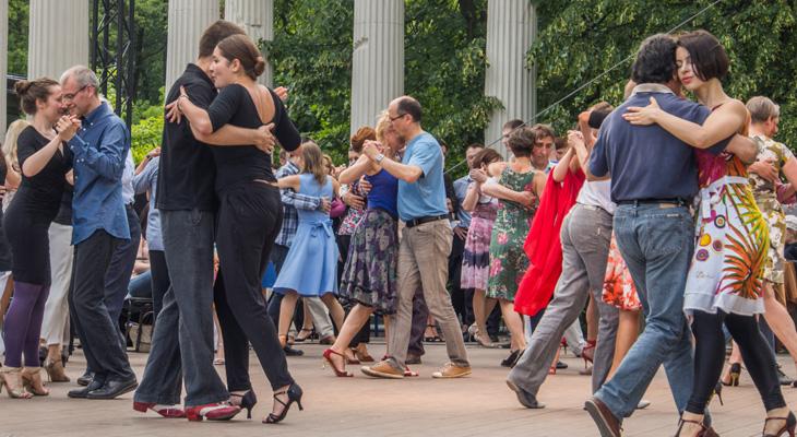 Tango dansende mensen in Buenos Aires