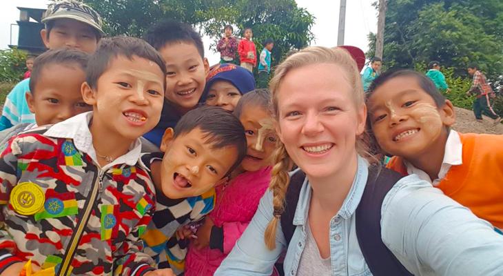 selfie met kinderen en locals in myanmar