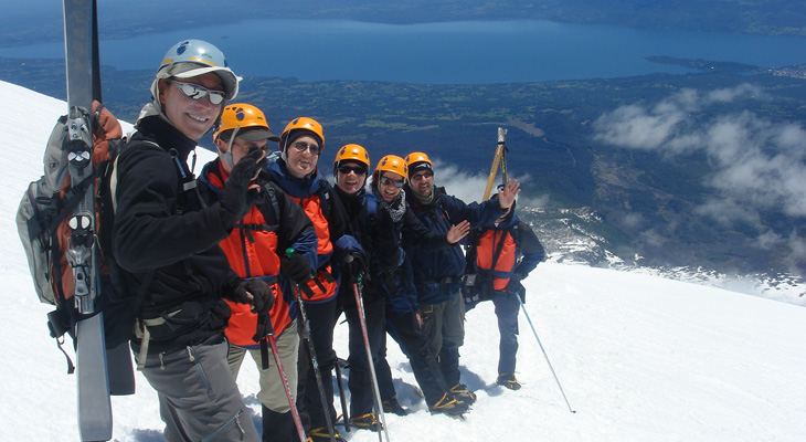 op wandeltocht in de bergen met een groep