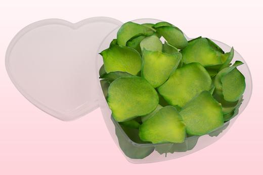 Cajita en forma de corazón con pétalos de rosa liofilizados de color verde manzana.