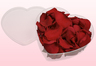 scatoletta a forma di cuore con petali di rosa stabilizzata di colore rosso.