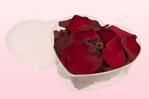 Herzförmige Duchsichtige Verpackung Mit Dunkelrote Rosenblätter